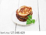 Купить «Свежие хрустящие драники картофельные», фото № 27048429, снято 4 октября 2017 г. (c) Наталья Осипова / Фотобанк Лори