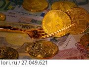 Купить «Вилка и монеты криптовалюты биткоина лежат на банкнотах разных мироваых валют», фото № 27049621, снято 3 октября 2017 г. (c) Николай Винокуров / Фотобанк Лори