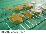Купить «Close up of cookies on cooling rack», фото № 27051497, снято 5 мая 2017 г. (c) Wavebreak Media / Фотобанк Лори