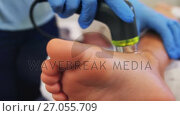 Close-up of physiotherapist giving leg massage to a patient 4k. Стоковое видео, агентство Wavebreak Media / Фотобанк Лори