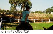 Купить «Friends riding horse in ranch 4k», видеоролик № 27055929, снято 24 января 2020 г. (c) Wavebreak Media / Фотобанк Лори