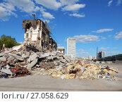 Купить «Руины после сноса здания Центрального автовокзала. Район Гольяново. Город Москва», эксклюзивное фото № 27058629, снято 14 мая 2017 г. (c) lana1501 / Фотобанк Лори
