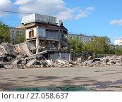 Купить «Руины снесенного здания Центрального автовокзала. Район Гольяново. Город Москва», эксклюзивное фото № 27058637, снято 14 мая 2017 г. (c) lana1501 / Фотобанк Лори