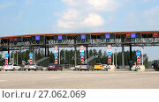 Купить «Automatic point of payment on a toll road. Russian highway number M11», видеоролик № 27062069, снято 17 июля 2017 г. (c) FotograFF / Фотобанк Лори