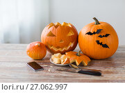Купить «halloween jack-o-lantern, pumpkins and smartphone», фото № 27062997, снято 15 сентября 2017 г. (c) Syda Productions / Фотобанк Лори