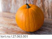 Купить «ripe pumpkin on wooden table», фото № 27063001, снято 18 сентября 2017 г. (c) Syda Productions / Фотобанк Лори