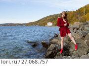 Купить «Молодая девушка среди камней на берегу Байкала», фото № 27068757, снято 19 сентября 2017 г. (c) Момотюк Сергей / Фотобанк Лори