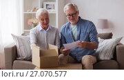 Купить «senior couple with parcel and delivery note», видеоролик № 27070577, снято 20 сентября 2017 г. (c) Syda Productions / Фотобанк Лори