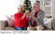 Купить «happy smiling senior couple with christmas gift», видеоролик № 27070621, снято 20 сентября 2017 г. (c) Syda Productions / Фотобанк Лори