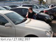 Купить «Продажа подержанных автомобилей в Москве, женщина смотрит ценник», эксклюзивное фото № 27082997, снято 10 сентября 2017 г. (c) Дмитрий Неумоин / Фотобанк Лори