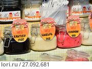 Купить «Разнообразные сорта меда на прилавке в торговом шале на летнем гастрономическом фестивале «Московское варенье. Дары природы»», эксклюзивное фото № 27092681, снято 15 июля 2016 г. (c) lana1501 / Фотобанк Лори