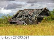 Купить «Заброшенный и разрушенный деревянный дом», фото № 27093021, снято 8 августа 2016 г. (c) Pukhov K / Фотобанк Лори