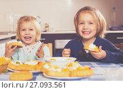 Купить «Children eat cakes at kitchen», фото № 27093561, снято 14 декабря 2018 г. (c) Яков Филимонов / Фотобанк Лори