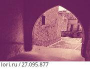 Купить «Street with arch in Calaceite», фото № 27095877, снято 11 мая 2016 г. (c) Яков Филимонов / Фотобанк Лори