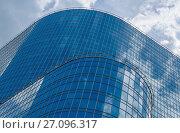 Купить «Стеклянный фасад небоскрёба на фоне неба с облаками. Москва, бизнес-центр «Прео 8»», фото № 27096317, снято 26 мая 2017 г. (c) Горшков Игорь / Фотобанк Лори