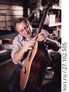 Купить «Adult man musician with acoustic guitar», фото № 27102505, снято 18 сентября 2017 г. (c) Яков Филимонов / Фотобанк Лори