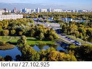 Купить «Москва, вид сверху на Люблинский пруд и парки имени Шкулева и Люблинский», фото № 27102925, снято 7 октября 2017 г. (c) glokaya_kuzdra / Фотобанк Лори