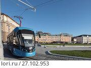 Купить «Москва, синий трамвай на площади Тверская Застава летом», эксклюзивное фото № 27102953, снято 22 сентября 2017 г. (c) Дмитрий Неумоин / Фотобанк Лори