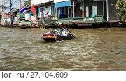 Купить «Тайская женщина на маленькой лодочке везет фрукты на плавучий рынок в Бангкоке», фото № 27104609, снято 11 декабря 2010 г. (c) Эдуард Паравян / Фотобанк Лори