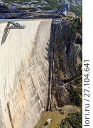 Купить «Обзорная площадка на стене плотины Кельнбрейн (Kölnbrein) на реке Мальте в Альпийских горах. Федеральная земля Каринтия, Австрия.», фото № 27104641, снято 10 октября 2017 г. (c) Bala-Kate / Фотобанк Лори