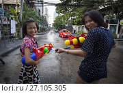 Купить «Scenes of sympathetic 'attacks' of blessings with water through the streets of Bangkok during Songkran. Bangkok, Thailand, Asia.», фото № 27105305, снято 15 апреля 2015 г. (c) age Fotostock / Фотобанк Лори