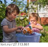 Купить «Два маленьких мальчика моют посуду в тазу на улице. Фокус на чашке», фото № 27113861, снято 9 августа 2017 г. (c) Юлия Бабкина / Фотобанк Лори