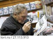 Мужчина изучает книгу в магазине Библио Глобус, Москва, фото № 27113913, снято 29 января 2017 г. (c) Дмитрий Неумоин / Фотобанк Лори