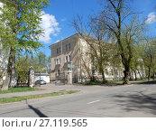Купить «Трёхэтажный трёхподъездный кирпичный жилой дом, построен в 1949 году. Измайловский проезд, 5, корпус 1. Район Измайлово. Город Москва», эксклюзивное фото № 27119565, снято 7 мая 2017 г. (c) lana1501 / Фотобанк Лори