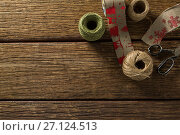 Купить «Thread and jute spools with scissor», фото № 27124513, снято 8 июня 2017 г. (c) Wavebreak Media / Фотобанк Лори