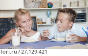 Купить «Girl and boy are eating at lunch time», видеоролик № 27129421, снято 11 августа 2017 г. (c) Яков Филимонов / Фотобанк Лори