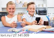 Купить «Children are playing in smartphones», фото № 27141009, снято 7 августа 2017 г. (c) Яков Филимонов / Фотобанк Лори
