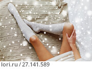 Купить «close up of woman legs in winter knee socks on bed», фото № 27141589, снято 15 октября 2016 г. (c) Syda Productions / Фотобанк Лори
