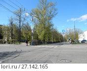Купить «7-ая Парковая улица в районе пересечения с Измайловском бульваром. Район Измайлово. Москва», эксклюзивное фото № 27142165, снято 7 мая 2017 г. (c) lana1501 / Фотобанк Лори