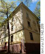 Купить «Трёхэтажный трёхподъездный кирпичный жилой дом, построен в 1951 году. 6-я Парковая улица, 32. Район Измайлово. Город Москва», эксклюзивное фото № 27142209, снято 7 мая 2017 г. (c) lana1501 / Фотобанк Лори