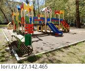 Купить «Детская игровая площадка во дворе жилых домов на 2-ой Прядильной улице. Район Измайлово. Город Москва», эксклюзивное фото № 27142465, снято 7 мая 2017 г. (c) lana1501 / Фотобанк Лори