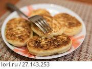 Купить «Жареные сырники лежат на тарелке», эксклюзивное фото № 27143253, снято 21 октября 2017 г. (c) Игорь Низов / Фотобанк Лори