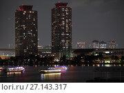 Купить «Высотные здания на берегу залива Токио в ночное время. Лодки Yakatabune для катания туристов на воде. Остров Одайба, Токио. Япония», фото № 27143317, снято 10 апреля 2013 г. (c) Кекяляйнен Андрей / Фотобанк Лори