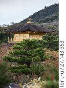 Купить «Вид на верхний этаж и крышу с Китайским фениксом. Здание Золотого павильона (Kinkaku-ji). Город Киото, район Кита, Япония», фото № 27143353, снято 12 апреля 2013 г. (c) Кекяляйнен Андрей / Фотобанк Лори
