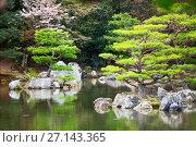 Купить «Маленькие островки с карликовыми соснами в пруду Kyoko-chi lake в дождливую погоду. Золотой павильон (Kinkaku-ji). Киото, Япония», фото № 27143365, снято 12 апреля 2013 г. (c) Кекяляйнен Андрей / Фотобанк Лори
