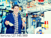 Купить «Male selling brushes for repair», фото № 27145989, снято 4 мая 2017 г. (c) Яков Филимонов / Фотобанк Лори
