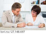 Man consults at the familiar mature lawyer. Стоковое фото, фотограф Яков Филимонов / Фотобанк Лори