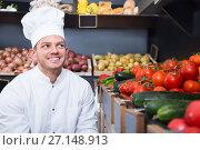 Купить «Male chef looking for fresh vegetables», фото № 27148913, снято 23 ноября 2016 г. (c) Яков Филимонов / Фотобанк Лори