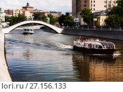 Купить «Люди на прогулочном катери совершают туристическую прогулку по каналу Водоотводный около моста», фото № 27156133, снято 13 июля 2013 г. (c) Эдуард Паравян / Фотобанк Лори