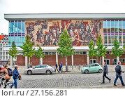 Купить «Советская мозаика на бывшем Дворце Культуры.  Дрезден. Германия.», фото № 27156281, снято 14 сентября 2017 г. (c) Сергей Афанасьев / Фотобанк Лори