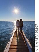 Купить «Люди стоят на причале и любуются озером Байкал в солнечный день», фото № 27156937, снято 29 октября 2017 г. (c) Виктория Катьянова / Фотобанк Лори