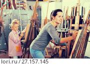 Купить «Positive teacher giving session during painting class», фото № 27157145, снято 10 декабря 2018 г. (c) Яков Филимонов / Фотобанк Лори