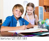 Купить «Big brother helping little girl», фото № 27157181, снято 20 мая 2019 г. (c) Яков Филимонов / Фотобанк Лори