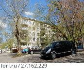 Купить «Пятиэтажный четырёхподъездный кирпичный жилой дом серии 1-511, построен в 1964 году. Измайловская площадь, 1. Район Измайлово. Город Москва», эксклюзивное фото № 27162229, снято 7 мая 2017 г. (c) lana1501 / Фотобанк Лори