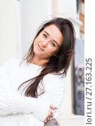 Купить «Молодая девушка в белом свитере на фоне здания», фото № 27163225, снято 31 октября 2017 г. (c) Момотюк Сергей / Фотобанк Лори