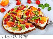 Купить «pumpkin fruit tart cut in slices», фото № 27163781, снято 16 октября 2017 г. (c) Oksana Zh / Фотобанк Лори